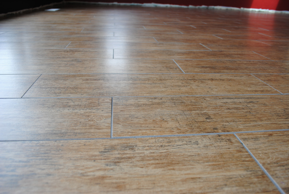Porcelain-tile-that-looks-like-a-wood-floor-